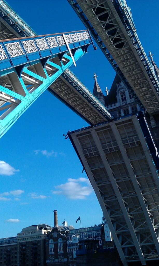 Ridicarea podului Tower Bridge de pe pod